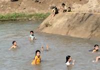 Tắm sông, bé gái bị té thủng tầng sinh môn