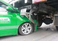 Clip: Tránh người bị ngã, taxi húc đuôi xe tải
