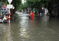 Chùm ảnh: Mưa lớn, người dân Huế bì bõm trong 'biển nước'