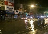 Đường phố ngập lênh láng khi xả nước vệ sinh
