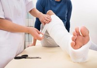 Lợi, hại khi bó thuốc nam chữa chấn thương?