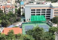 Nhà sàn bề thế cùng sân tennis 'mọc' trong trường học