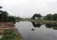 Tự nhấn chìm sà lan trên kênh ở Sài Gòn