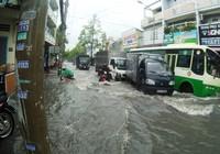 Nước mưa tuôn như thác, cuốn trôi xe ở Sài Gòn