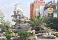 Đặt tượng đàn dê giữa TP Ninh Bình, dân phản ứng