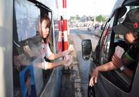 Tài xế buộc nhân viên lấy tiền lẻ mới chịu rời trạm BOT