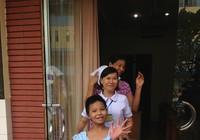 Bé gái bị mẹ tưới xăng đốt cười tươi khi xuất viện