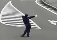 Anh cảnh sát giao thông đáng yêu nhất quả đất