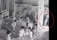 Cô giáo lôi bé 3 tuổi ra góc khuất camera để 'trừng phạt'