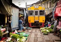Shock với chợ phiên nằm trên đường tàu