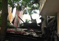 Bê tông đổ ập xuống nhà dân, 13 người thoát chết