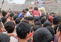 Hàng trăm người giẫm đạp nhau để cướp Phết