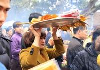 Người dân nghiêm chỉnh xếp hàng chờ xin Ấn
