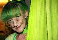 Thích thú với cụ bà yêu màu xanh lá