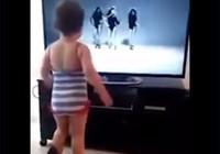 Chịu không nổi với bé gái bắt chước điệu nhảy Beyonce