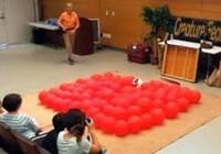 Ngộ nghĩnh chú chó lập kỷ lục nhờ đập bong  bóng