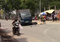 Xe máy đối đầu xe tải, 2 người thương vong