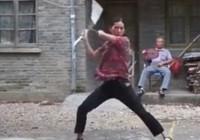 Trố mắt với người phụ nữ múa côn nhị khúc cực điêu luyện