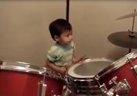 Trầm trồ trước khả năng chơi trống của bé trai 3 tuổi