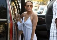Jennifer Lopez quyến rũ với jumpsuit trắng trên phố