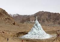 Kỳ lạ núi băng mọc lên giữa sa mạc