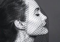 Angelina bị liệt cơ mặt, tăng huyết áp sau li hôn