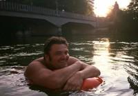 Sợ kẹt xe, người đàn ông bơi 2km đi làm