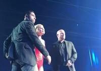 Britney Spear khiếp đảm khi fan cuồng nhào lên sân khấu