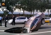 Siêu xe 17 tỉ sụp hố tử thần ở Trung Quốc