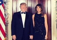 Vợ chồng ông Trump tay trong tay chúc mừng giáng sinh