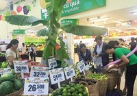 Người tiêu dùng được dùng thử miễn phí trái cây tại siêu thị