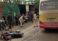 Clip đôi nam nữ thoát chết hi hữu dưới gầm xe buýt