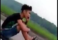 Sốc với thanh niên lái xe máy bằng chân, tay gọi điện thoại