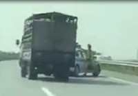 Xe chở heo đâm vào CSGT,phóng nhanh lên cao tốc bỏ chạy