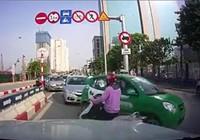 Phạt các tài xế ô tô 'rồng rắn' đi ngược chiều trên cầu
