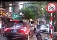 Xe biển xanh đi ngược chiều, ép taxi nhường đường