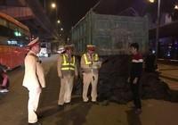 Đổ chất thải ra đường, CSGT buộc tài xế dọn sạch