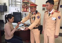 Người phụ nữ được CSGT mua vé xe từ Hà Nội về Sóc Trăng