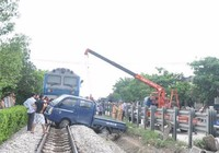 Xử lý ra sao khi ô tô chết máy giữa đường ray?