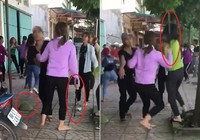 2 nhóm thiếu nữ cầm mũ cối, gậy sắt đánh nhau túi bụi