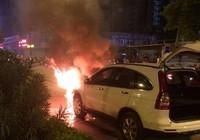 Ô tô và xe máy bốc cháy ngùn ngụt sau khi tông