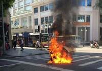 Xe Attila bốc cháy giữa phố, nữ tài xế bỏ chạy