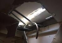 Thanh sắt rơi từ tầng 27 xuyên vào phòng ngủ