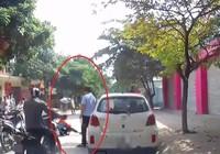 Mở cửa ô tô làm bé gái ngã nhào, tài xế chỉ đứng nhìn