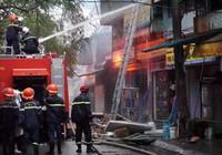 Cháy rực lầu 3, cảnh sát dùng vòi rồng dập lửa