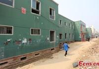 'Thần đèn' Trung Quốc di chuyển nhà hai tầng bằng 1.000 ống sắt