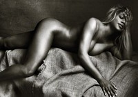 """""""Biểu tượng chuyển giới"""" chụp nude khẳng định chuẩn mực của cái đẹp"""