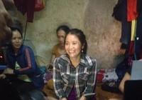 Hình ảnh xóm lao động nghèo vui mừng cho chị tỷ phú ve chai