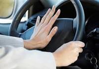 Bóp còi xe bằng ngón tay hay bàn tay ?
