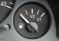 Nguy hiểm khi đi xe ôtô để bình xăng quá cạn